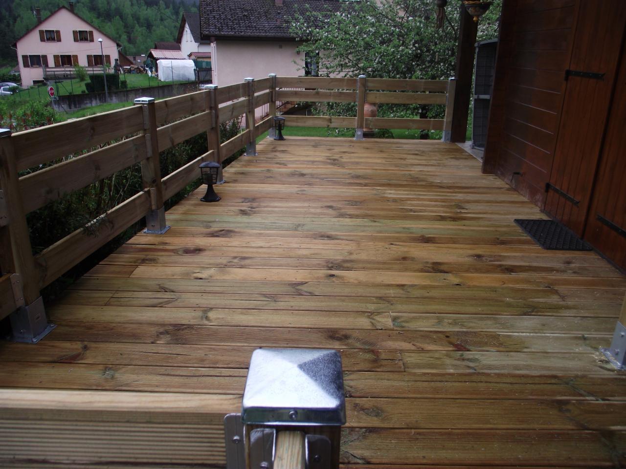 terrasse finie avec entourage bois. Black Bedroom Furniture Sets. Home Design Ideas