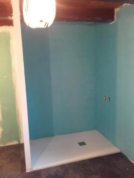 Mise en place de la plomberie et du receveur pour la douche.