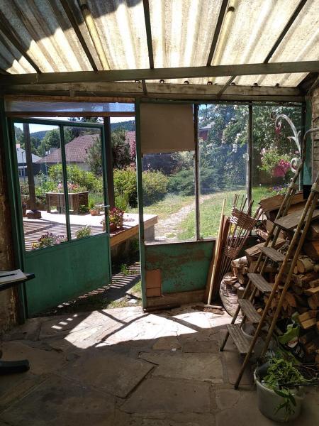 Ancienne sortie fond de garage donnant sur jardin, vue intérieure.