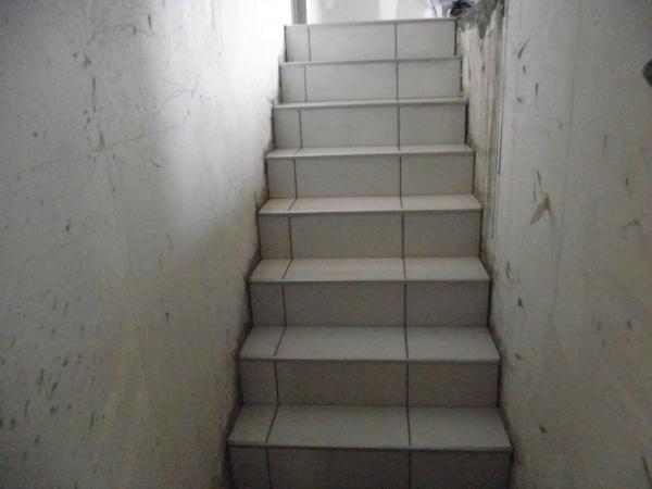 Pose de carrelage sur escalier menant au sous sol - Pose carrelage escalier ...